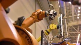Primer tirado de brazos robóticos automáticos móviles diversos en proceso en fondo de la exposición almacen de video