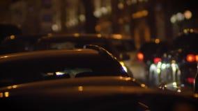 Primer tirado de coches móviles en ciudad de la noche en fondo borroso de las luces almacen de video