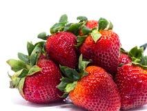 Primer tirado de fresas frescas Aislado en el fondo blanco Fotos de archivo