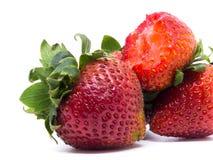 Primer tirado de fresas frescas Aislado en el fondo blanco Imágenes de archivo libres de regalías