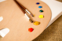 Primer tirado de la plataforma, de cepillos y de gotas de madera de la pintura de aceite imagen de archivo libre de regalías