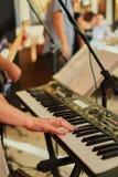 primer tirado de las manos femeninas que juegan el piano Manos del hombre que juegan el piano en un partido muchacha que juega el foto de archivo