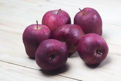 Primer tirado de manzanas rojas frescas Imagen de archivo