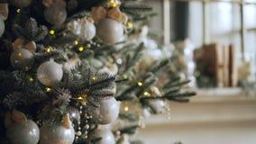Primer tirado del árbol de navidad artificial adornado con las bolas hermosas y las luces de plata listas por vacaciones de invie metrajes