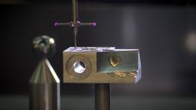 Primer tirado del escáner tridimensional que hace la medición de la herramienta del metal en fondo borroso de la fábrica almacen de video