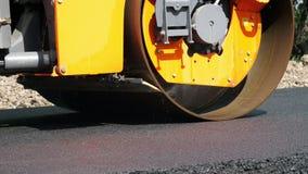 Primer, trabajos de construcción de carreteras con la máquina del compresor del rodillo, acabadora del asfalto Rodillo de camino  metrajes