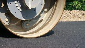 Primer, trabajos de construcción de carreteras con la máquina del compresor del rodillo, acabadora del asfalto Rodillo de camino  almacen de metraje de vídeo