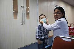 Primer trasplante de riñón del éxito para el niño en Indonesia, Jak Imagenes de archivo
