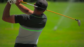 Primer: un hombre que juega a golf en el club de golf almacen de metraje de vídeo