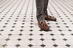 Primer un hombre que lleva los zapatos de cuero marrones, estilo clásico Fotografía de archivo