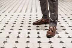 Primer un hombre que lleva los zapatos de cuero marrones, estilo clásico Foto de archivo