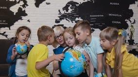 Primer Un profesor atractivo está educando cinco de sus alumnos en la escuela primaria y está utilizando un globo para enseñarles metrajes