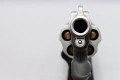 Primer una arma de mano con las balas aisladas en el fondo blanco Foto de archivo