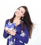 primer una mujer joven muy feliz con el regalo Imagen de archivo