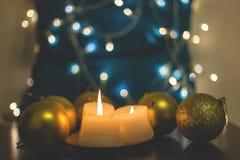 Primer velas y de las bolas hermosas de la Navidad Imágenes de archivo libres de regalías