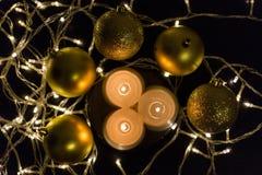 Primer velas y de las bolas hermosas de la Navidad Fotografía de archivo libre de regalías