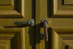 Primer verde viejo de la puerta con la maneta foto de archivo libre de regalías