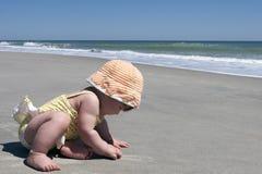 Primer viaje del bebé a la playa Imagen de archivo libre de regalías