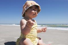 Primer viaje del bebé a la playa Fotografía de archivo libre de regalías