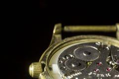 Primer viejo del mecanismo del reloj, parte posterior y fondo delantero borrosos fotos de archivo