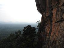 Primer, vista de la fortaleza de la montaña del león de Sigiriya en el verdor, Sri Lanka, en un día claro fotografía de archivo