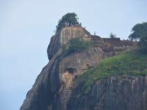Primer, vista de la fortaleza de la montaña del león de Sigiriya en el verdor, Sri Lanka, en un día claro fotografía de archivo libre de regalías
