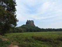 Primer, vista de la fortaleza de la montaña del león de Sigiriya en el verdor, Sri Lanka, en un día claro fotos de archivo libres de regalías
