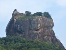 Primer, vista de la fortaleza de la montaña del león de Sigiriya en el verdor, Sri Lanka, en un día claro foto de archivo libre de regalías
