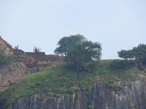 Primer, vista de la fortaleza de la montaña del león de Sigiriya en el verdor, Sri Lanka, en un día claro imagen de archivo