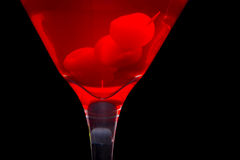 Primer y cerezas rojos del coctel de martini imagen de archivo