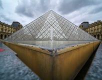 Primer y opinión de ángulo bajo de la pirámide del vidrio del Louvre imagen de archivo libre de regalías