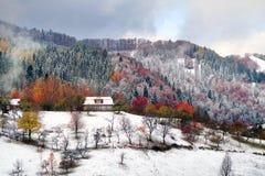Primera caída de la nieve en el pueblo cárpato Imagenes de archivo