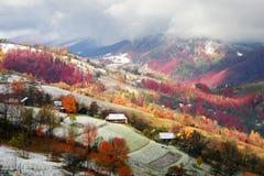 Primera caída de la nieve en el pueblo cárpato Fotos de archivo libres de regalías