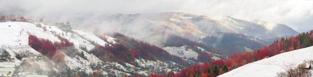 Primera caída de la nieve en el pueblo cárpato Foto de archivo