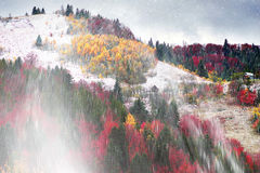 Primera caída de la nieve en el pueblo cárpato Fotos de archivo