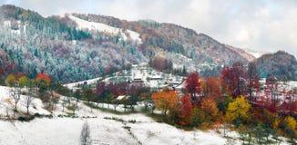 Primera caída de la nieve en el pueblo cárpato Imagen de archivo libre de regalías