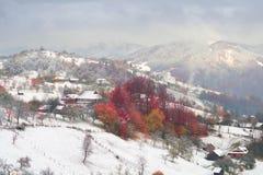 Primera caída de la nieve en el pueblo cárpato Imágenes de archivo libres de regalías