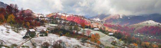 Primera caída de la nieve en el pueblo cárpato Fotografía de archivo libre de regalías