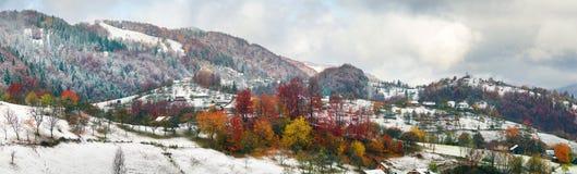 Primera caída de la nieve en el pueblo cárpato Imagen de archivo