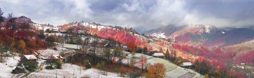Primera caída de la nieve en el pueblo cárpato Foto de archivo libre de regalías