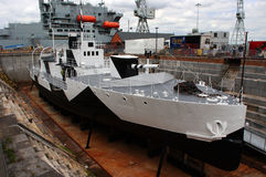 Primera campanilla del HMS de la nave de la guerra mundial en camuflaje lleno en dique seco en Portsmouth Imágenes de archivo libres de regalías