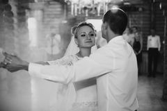 Primera danza de la novia y del novio felices rubios jovenes contra el th Foto de archivo libre de regalías