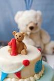 Primera decoración del cumpleaños en la torta Fotos de archivo