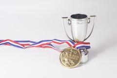 Primera medalla de oro del lugar y trofeo de los ganadores fotos de archivo libres de regalías
