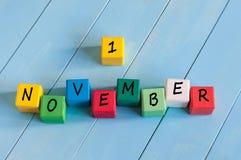 Primera muestra del 1 de noviembre en los cubos de madera del color con Fotografía de archivo libre de regalías