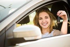 Primera mujer joven automotriz con llaves Imágenes de archivo libres de regalías