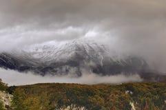Primera nieve en la montaña Fotos de archivo libres de regalías