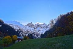 Primera nieve en las montañas de Allgäu Imagenes de archivo