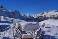 Primera nieve en las montañas de Allgäu imagen de archivo libre de regalías