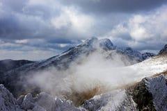 Primera nieve en las montañas de Fagaras Imagen de archivo